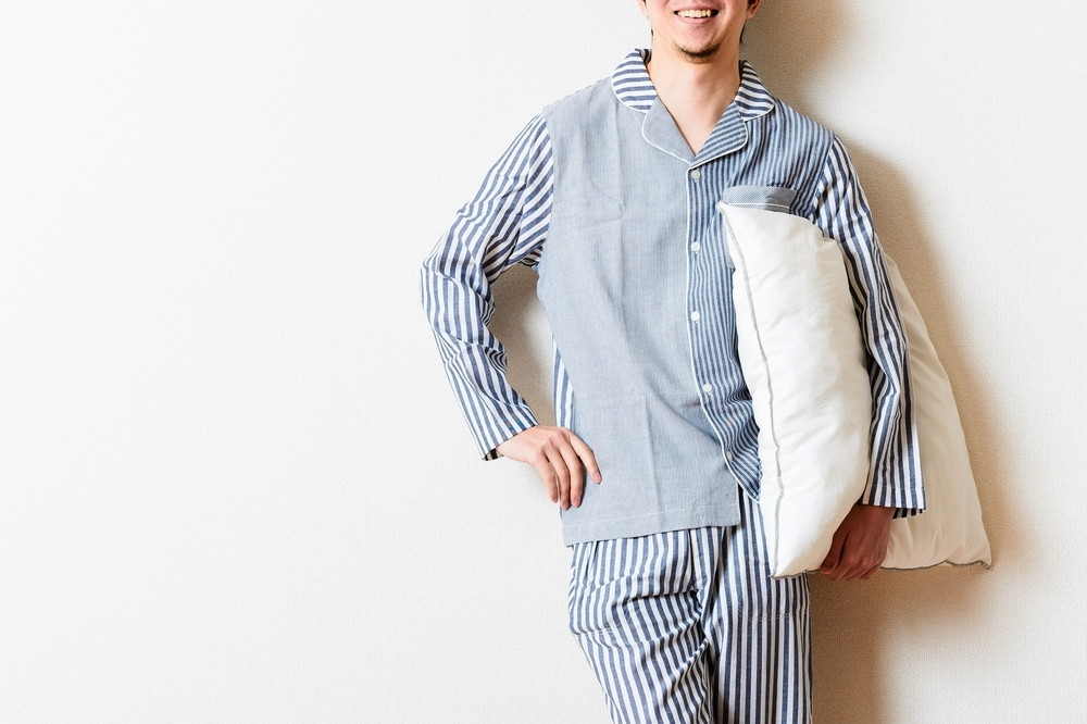 パジャマを着た男性