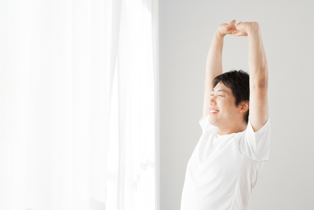 背伸びをする男性