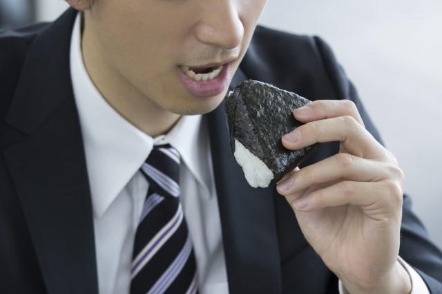 おにぎりを食べる男性
