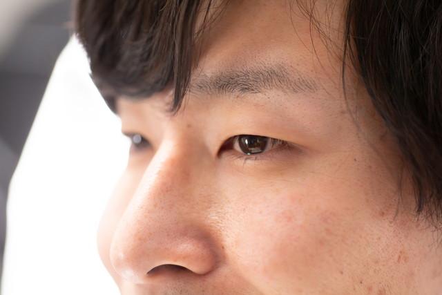 眉毛が:薄い男性